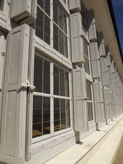 Okná skleníka Schloss Hoff (princíp zasklenia 18. storočia), sklo je spájané olovenými pásmi v pravouhlom rastre.
